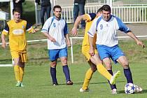 Týneckému hrajícímu trenérovi Radku Skálovi (u míče) se snaží vypíchnout míč divišovský Macháček. Souboji přihlíží domácí Lehán a hostující Orsák.