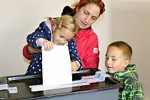 Volby v týneckém okrsku v Podělusech.