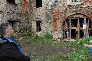 Z postupné záchrany zdevastovaného zámku ve Zvěstově. Na snímku starosta obce Karel Babický.