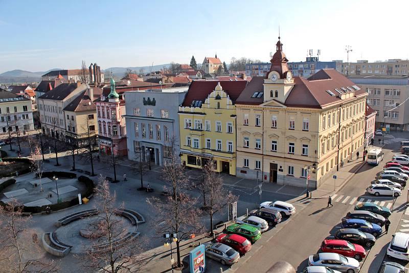 Benešov při pohledu ze střechy kostela sv. Anny - justiční palác a bývalá Komerční banka.