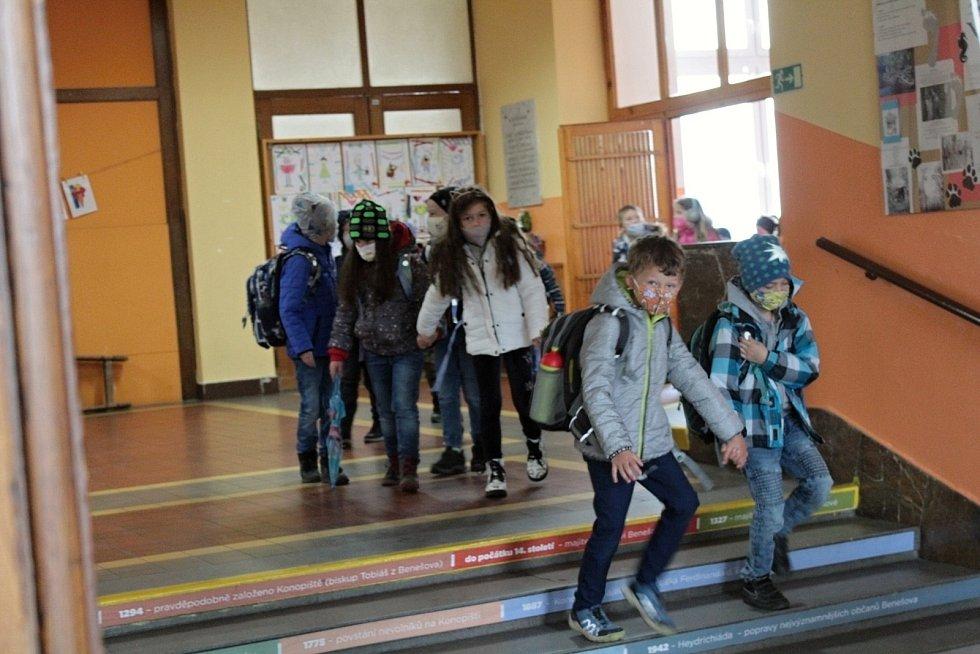 Z odchodu dětí ze Základní školy Jiráskova v Benešově první den po skončení nouzového stavu.