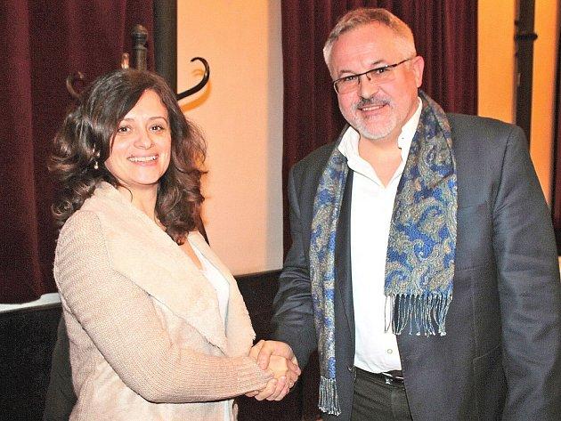 Jaroslava Jermanová blahopřeje Petru Hostkovi ke zvolení starostou Benešova.