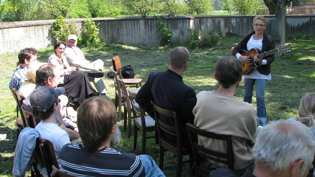 Kytarový koncert, protože bylo krásně, se místo v kostele konal na zahradě