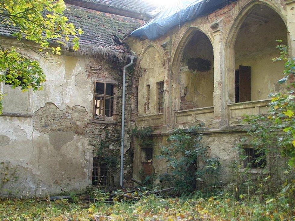 Chotýšanský zámek stále chátrá.