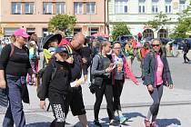 Po cestě byla startovní stanoviště pro turisty, kteří bydleli podél trasy, na Benešovsku to bylo v Týnci nad Sázavou, ve Voticích a také v Miličíně vyšli vozíčkáři a zdravotně hendikepovaní.