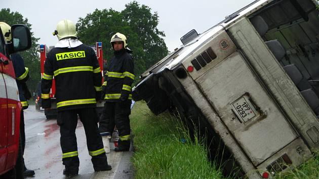 Autobus sjel v mírné zatáčce silnice I/18 nad Olbramovicemi na krajnici a převrátil se na bok
