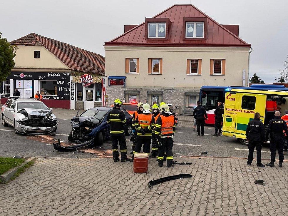 Dopravní nehoda v Jesenici na Praze-západ: čelní střet dvou osobních automobilů.