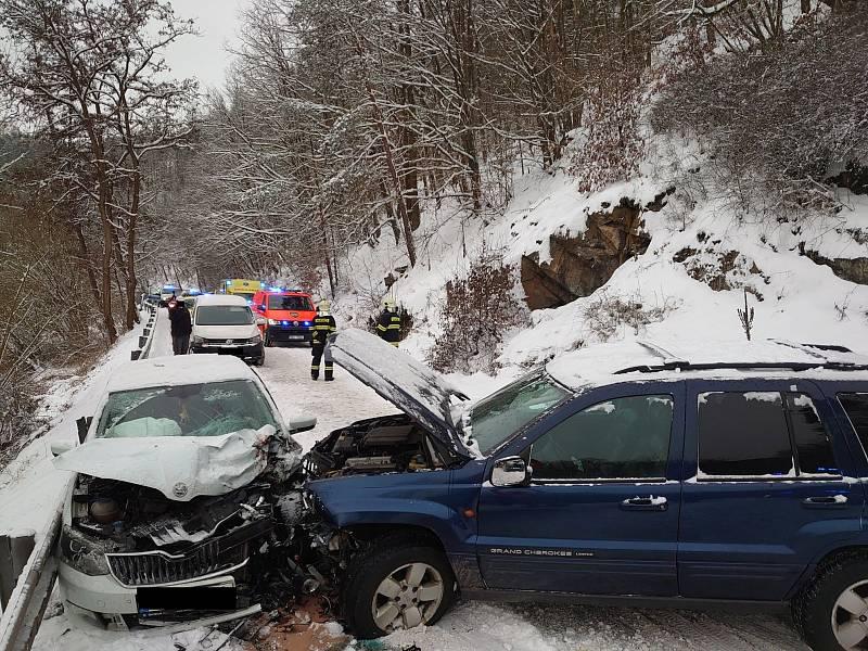 Dopravní nehoda dvou osobních vozidel v pondělí 8. února 2021 u obce Kamenice na Benešovsku.