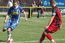 Sedleckoprčický kapitán Michal Davídek (v modrém) vstřelil v prvním poločase dvě branky, ale na výhru nestačily. Tentokrát se snažil obelstít kapitána Hostomic Aleš Maršálka.