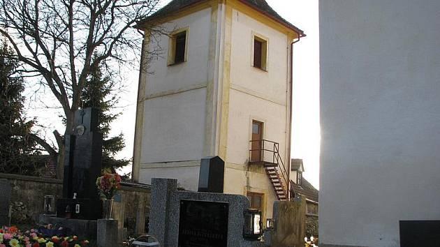 Filiální kostel svatých apoštolů Petra a Pavla se hřbitovem v Hoděticích.