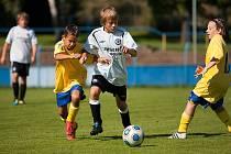 Kamil Kulhavý (vlevo), ještě mladší žák Benešova, šel vypomáhat starším a podařilo se mu vstřelit hattrick. V tuto chvíli se snažil se spoluhráčem Tadeášem Nikrmajerem (také ještě mladší žák) zpacifikovat hráče Lysé.