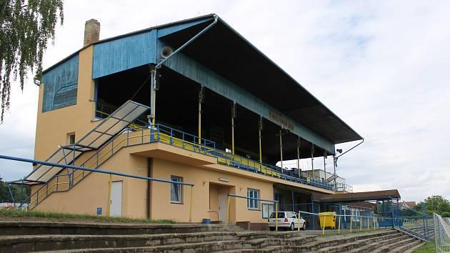 Hlavní tribuna fotbalového stadionu u Konopiště.
