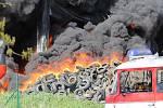 V Bělčicích hoří sklad pneumatik