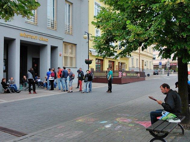 Fronta na registraci vozidel v Benešově v úterý 30. června.