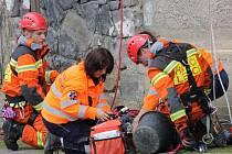 Hasičtí lezci při součinosti se Zdravotnickou záchrannou službou.
