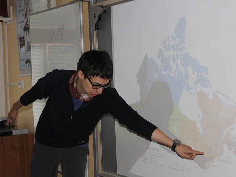 Zahraniční dobrovolníci při návštěvě miličínské základní školy - Etienne Beliveau Tse, Kanada.