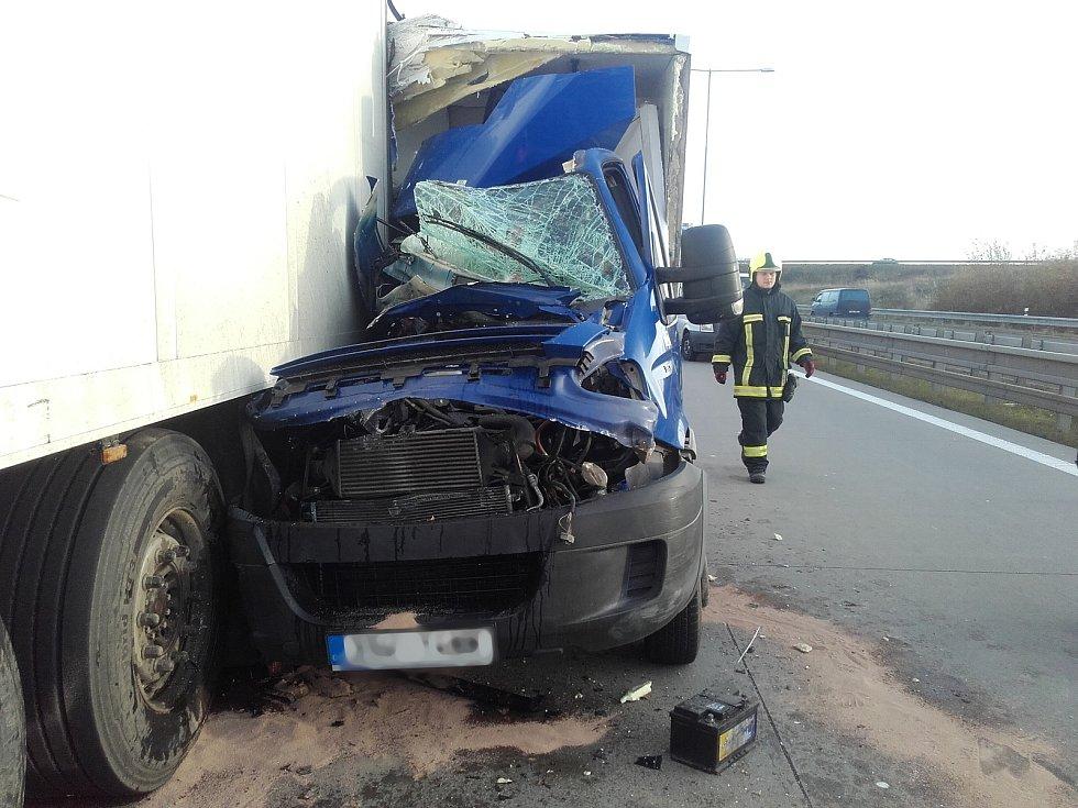 Těžká dopravní nehoda na Pražském okruhu u Jesenice nejenom zkomplikovala provoz na této dálniční komunikaci, ale také přinesla vážné problémy hasičům