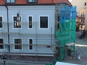 Rekonstrukci České pošty v Benešově završila obnova fasády.
