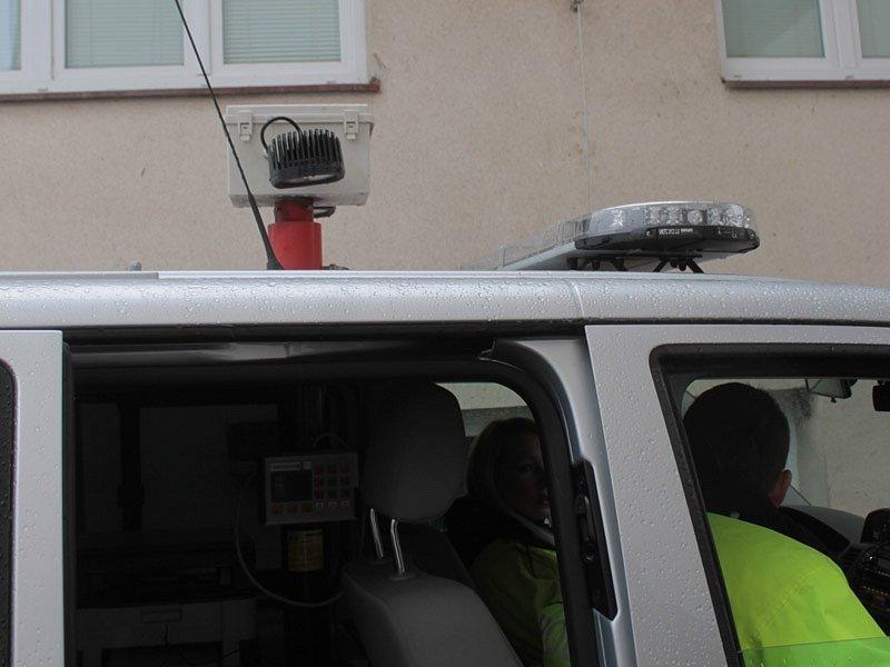 Výsuvná rampa na střeše policejní dodávky pro osvětelní místa nehody.