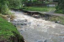Silnici mezi Čakovicemi a Kamenicí podemlely loňské povodně.