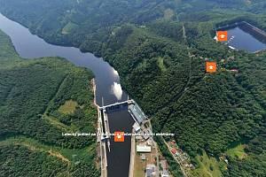 Letecký pohled na štěchovickou vodní elektrárnu i její přečerpávací družku.