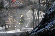 Hasiči v Bělčicích dohašují požár