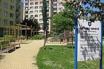 Hřiště ve Švermově ulici. Pískoviště je oplocené, samotné hřiště ale volně přístupné.