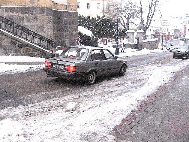 Benešov, Tyršova ulice u hotelu Pošta, středa 16. února, 8.35