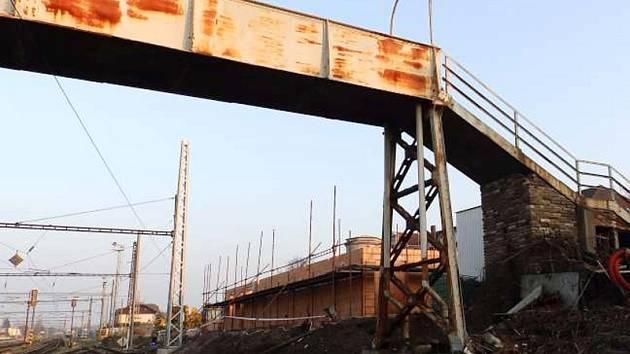 Rekonstrukce lávky by měla začít v květnu s výlukou 1. traťové koleje, konec rekonstrukce je plánovaný  v roce 2016.