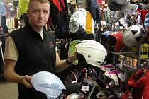 Široký sortiment nejrůznějších značek a barev mají v prodejnách a půjčovnách zimních sportů