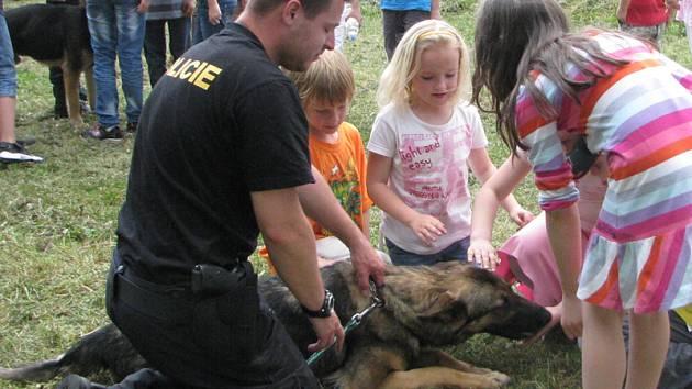 Policejní psovodi předvedli školákům čtyřnohé parťáky.