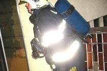 Dobrovolní hasiči musejí být připraveni pomoci při zásazích v zadýmených prostorách profesionálním kolegům.
