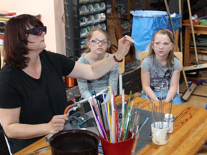 Nadané děti sledovaly, jak vznikají vinuté skleněné perly.