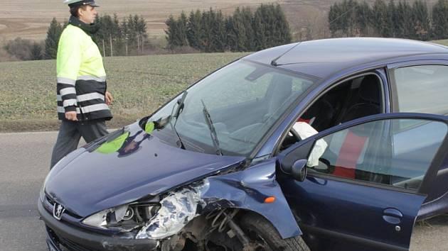 Nehoda tří aut zablokovala vlašimskou silnici II/112 mezi Chotýšany a Domašínem na 1,5 hodiny.