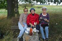 Setkávání místních žen u památného stromu v Kamberku