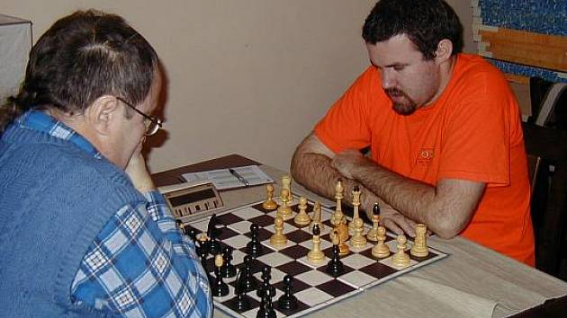 Poprvé v historii se šachistům Vlašimi A podařilo zvítězit maximálním rozdílem 8:0. Přesvědčivým výkonem k tomu v Hostivicích přispěl i hostující hráč z Benešova Emil Macků.