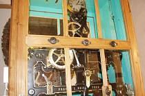 Hodinový stroj ve věži historické budovy Nemocnice Rudolfa a Stefanie po opravě