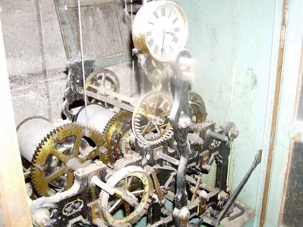Hodinový stroj ve věži historické budovy Nemocnice Rudolfa a Stefanie před opravou