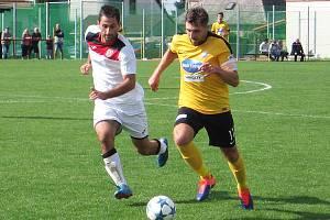 Ondřej Páv (ve žlutém) uniká klíčanskému Tomáši Petříčkovi.