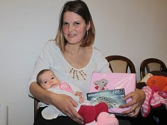 Malá Laura Pottier se svou maminkou Gabrielou Fialovou při návštěvě redakce Benešovského deníku.