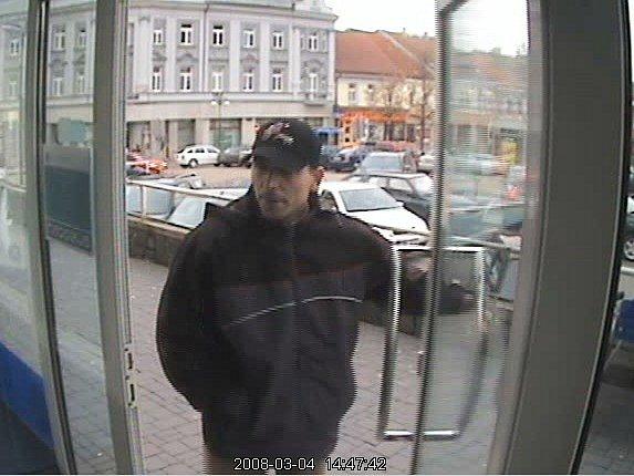 Lupič vchází do benešovské pobočky GE Money Bank