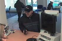 Lupič s pistolí v ruce žádá po zaměstnankyni benešovské pobočky GE Money Bank finanční hotovost