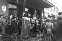 Zahájení nového školního roku v Jiráskově ulici v Benešově v 50. letech 20. století.