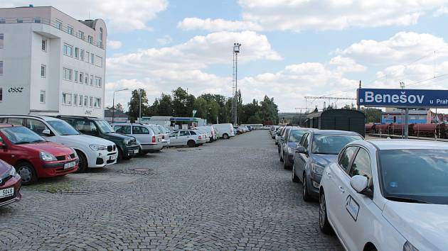Rampa mezi Nádražní ulicí a kolejištěm slouží nyní jako parkoviště pro automobily. Od 14. října si budou muset řidiči najít pro odstavování svých vozů jiné místo.
