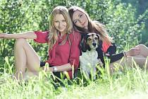 Petra Janatková (vlevo) je velkou milovnicí zvířat. Pro dva psí útulky na Benešovsku pořádá charitativní sbírky a jakmile bude mít vlastní bydlení, pořídí si z útulku dva bloodhoundy.