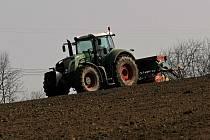 Skluz jarních prací zemědělci pomalu dohání.