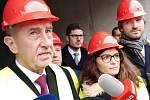 Premiér Andrej Babiš při prohlídce stavby lůžkové rehabilitace v Benešově.
