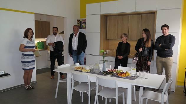 Ze slavnostního otevření prostor nové kuchyně pro klienty organizace Rytmus Střední Čechy se sídlem v Benešově.
