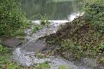 Hráz rybníka u Hrusic nedaleko Úročnice přívaly vody nepřekonaly.