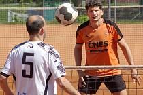 Uhranout míč se snaží českobrodský Tomáš Cibulka a benešovský Michal Nepodal. Soudě dle výsledku derby se to lépe zdařilo opoře Šacungu.